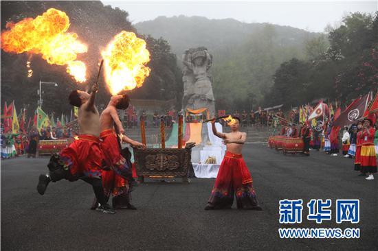 """3月28日,表演人员在""""祭花神""""活动中表演喷火节目。新华网 卢志佳 摄"""