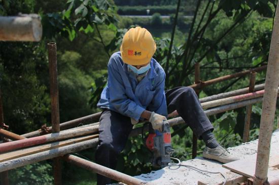 23名村民在工地进行施工 一天能有150元至250元的工资