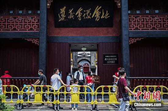 图为5月5日,贵州省遵义市,游客在遵义会议会址参观。中新社记者 瞿宏伦 摄