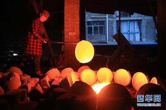 10月9日,贵州省毕节市织金县一砂陶制品厂的工人在烧制砂陶产品。 新华社发(王纯亮 摄)
