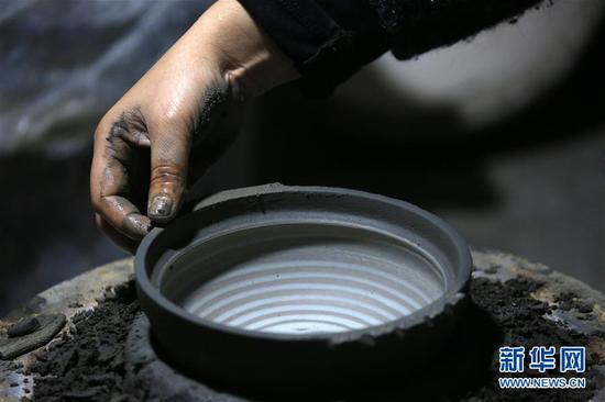 10月9日,贵州省毕节市织金县一砂陶制品厂的工人在制作砂陶产品。 新华社发(王纯亮 摄)