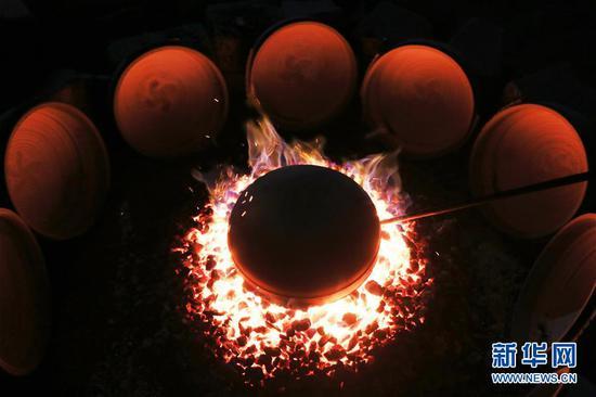 10月9日在贵州省毕节市织金县一砂陶制品厂拍摄的正在烧制的砂陶产品。 新华社发(王纯亮 摄)