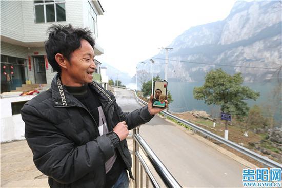 村民游治勝與孫子接視頻,幸福滿滿。
