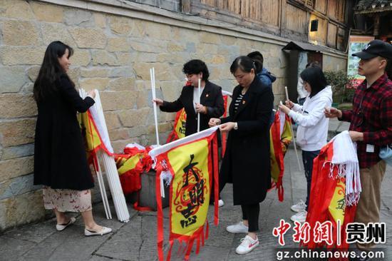 青岩古镇景区管理公司党员突击队布置活动现场。