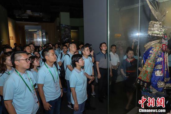 图为参访团走进贵州省博物馆参观。 瞿宏伦 摄