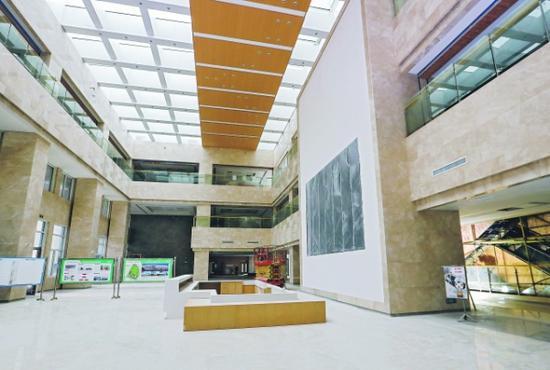 贵安医院门诊楼大厅。