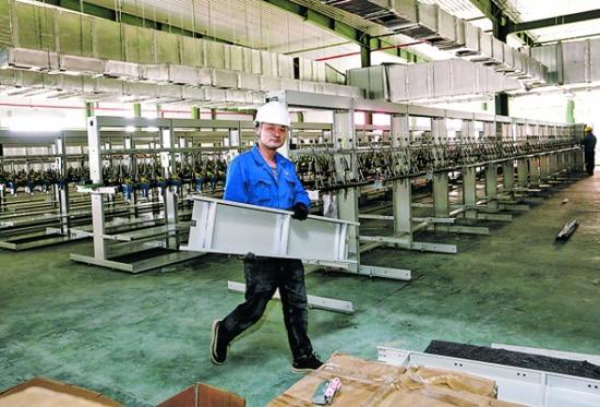 工人在搬运生产设备。