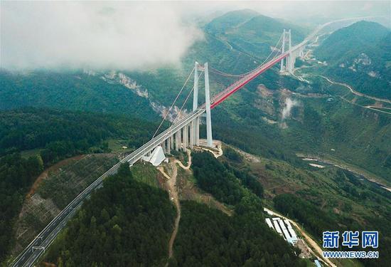 贵阳至瓮安高速公路上的清水河大桥(8月27日无人机拍摄)。该桥主跨1130米,是世界上最大单跨板桁结合加劲梁悬索桥。(新华社记者 刘续 摄)