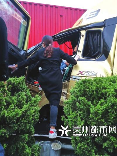 陈正妃救援被困司机。