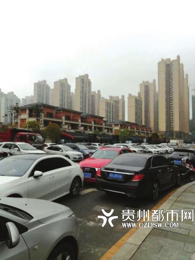 昔日的小区内交通堵塞,路上停满了车。
