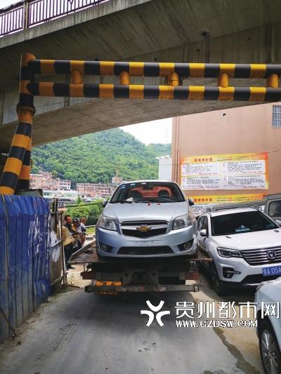 违停轿车被拖走道路恢复正常通行。