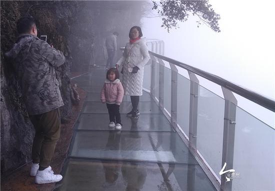 印江大圣墩景区游客体验玻璃栈道
