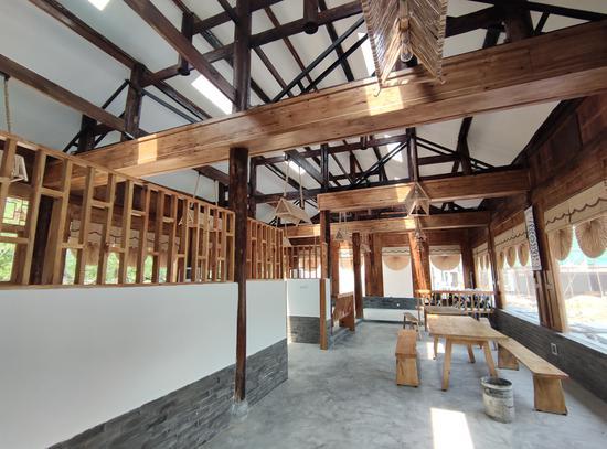 """图为""""酿酒坊""""内部 由三栋老旧木质房屋改造而成"""