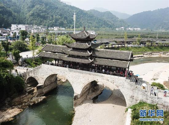 始建于清光绪年间的贵州省福泉市和善桥(8月21日无人机拍摄)。仅福泉市,修建于明清时期保存至今的石桥就有130座。(新华社记者 陶亮 摄)