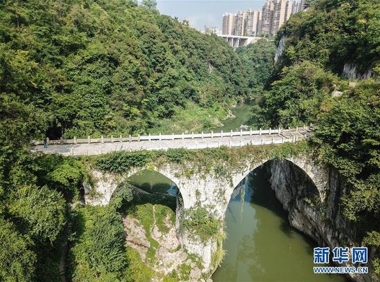 """位于贵州省福泉市,修建于明代的葛镜桥被桥梁专家茅以升誉为""""西南桥梁之冠""""(8月21日无人机拍摄)。(新华社记者 陶亮 摄)"""