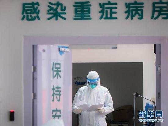 医护人员在武汉协和医院感染性疾病科病房忙碌(1月28日摄)。新华社记者 肖艺九 摄