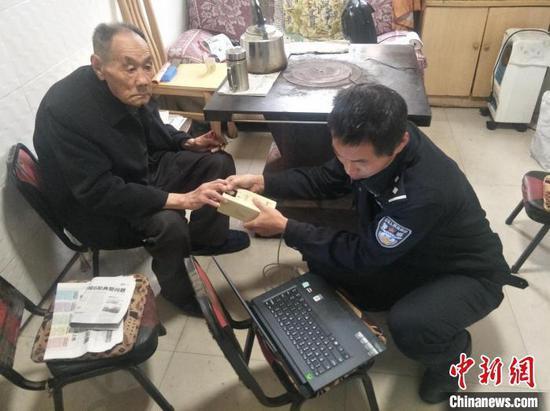 图为贵州省长顺县政务大厅公安窗口人员前往老人家中办理居民身份证业务。 贵州省长顺县政务服务中心供图