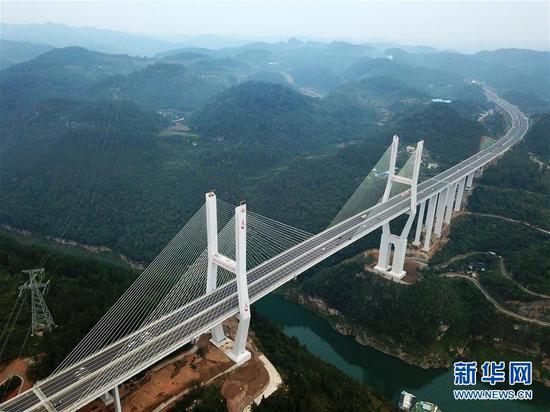 兰海高速贵遵复线扩容工程楠木渡乌江特大桥(10月6日无人机拍摄)。该桥为双塔双索面预应力砼斜拉桥,主桥长620米,主梁宽达37.6米。新华社发(杨文斌 摄)