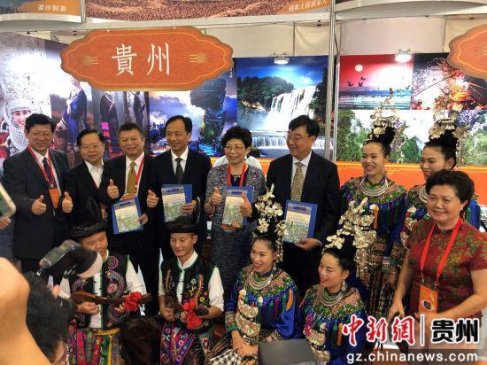 海峡两岸旅游人士为贵州展台点赞。