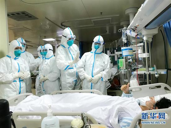 一名新型冠状病毒感染的肺炎患者为海军军医大学医疗队点赞(1月27日摄)。 新华社发(陈静 摄)