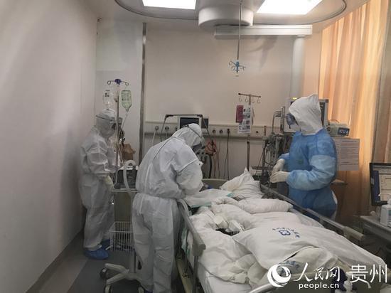 1月30日,贵州省人民医院呼吸与危重症医学科副主任医师饶珊珊在病房内给患者取鼻、咽拭子送检新冠病毒核酸检测。贵州省卫生健康委供图