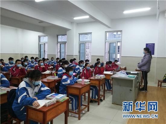 3月16日,贵阳市第二实验中学的初三学生在教室上课。新华网发