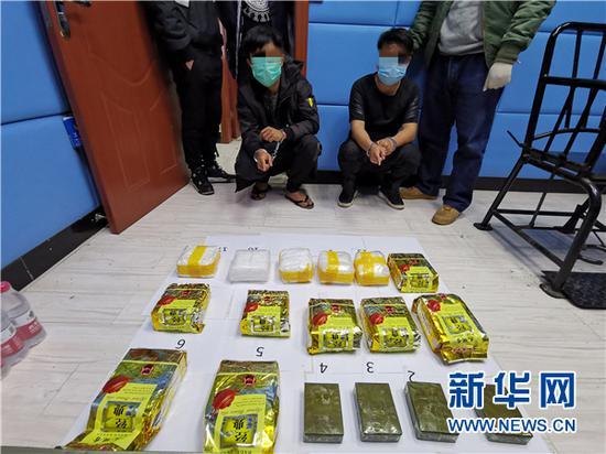 警方抓获的嫌疑人和缴获的毒品。南明警方供图