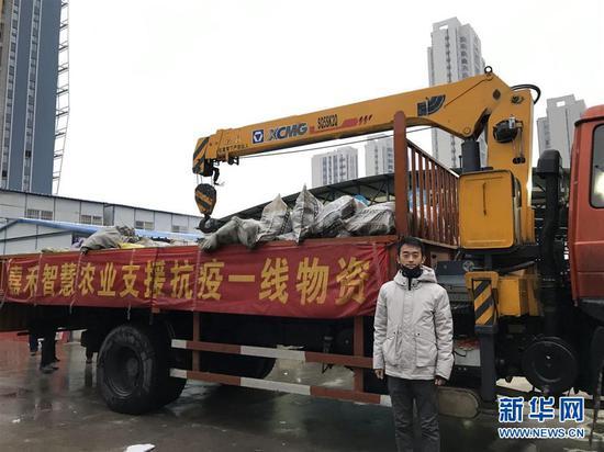 朱海洋所在公司向抗疫一線捐贈首批30多噸蘿卜(2月5日攝)。 新華社發