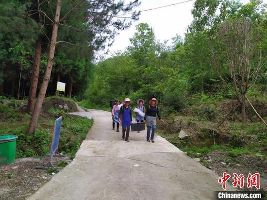 在贵州省安顺市紫云苗族布依族自治县浪风关国有林场务工的贫困户。 刘美伶 摄