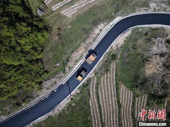 图为贵州乡村公路。 瞿宏伦 摄
