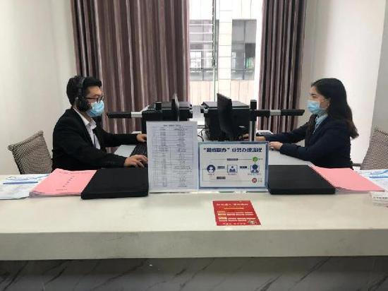 """贵州桐梓县政务服务中心的""""跨省联办""""窗口。李惊亚 摄"""