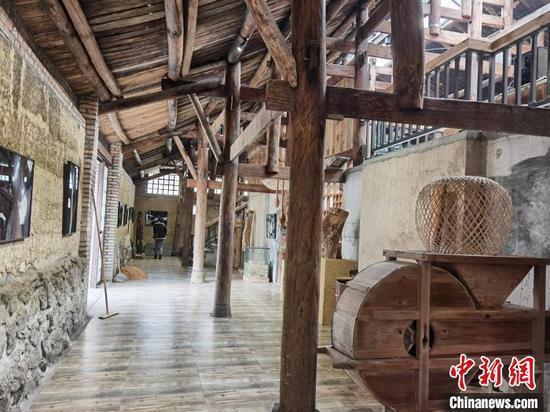 艺术家李向明改造的房子里收集了许多村民不要的老物件。 周燕玲 摄