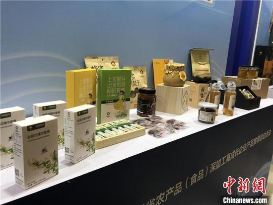 图为会场展示的贵州特色农产品加工而成的产品。 杨茜 摄