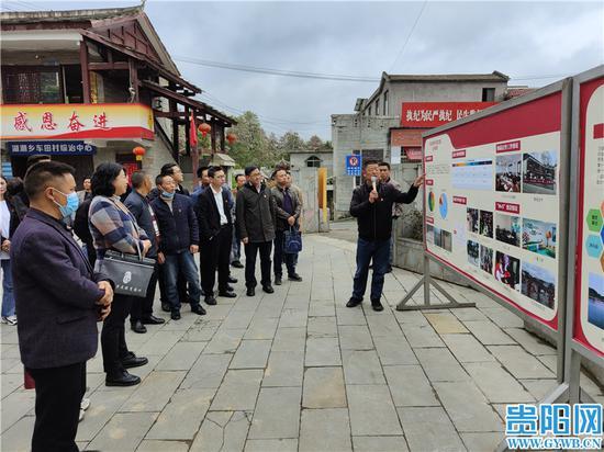 觀摩代表聽取車田村壯大村集體經濟情況介紹。