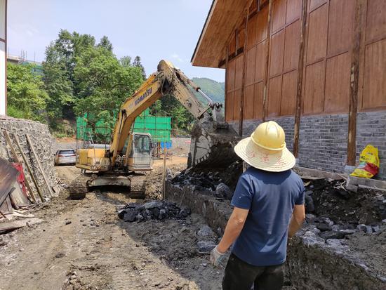 华润希望小镇的工人正在施工