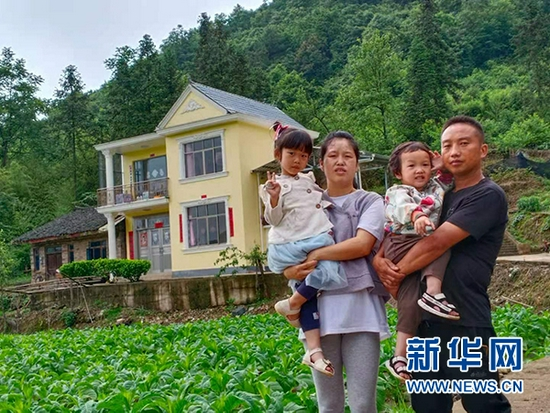 蘇小軍(右)和家人的合影。新華網發