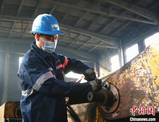 来自贵州的晋能控股煤业集团晋华宫矿机掘三队矿职工易恒权,今年决定留在山西大同,就地过年。 薛晓杰 摄