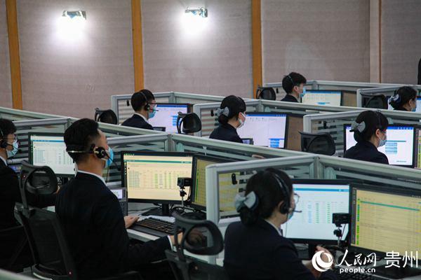 在贵州110服务中心,接线员正在工作。人民网 李宇摄