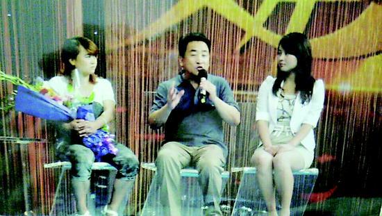 """""""保姆妈妈""""的事迹感动中国,2013年,李泽英(左一)受邀到作客电视台接受采访"""