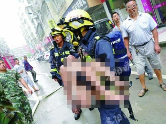 消防官兵救出被烟熏昏的女孩