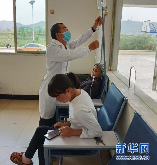 侯鹏在村卫生室为村民开展日常诊疗服务。新华网发(受访者供图)