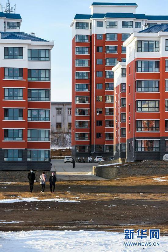 居民在内蒙古乌兰察布市卓资县易地搬迁房福安小区内散步(2020年3月26日摄)。新华社记者 连振 摄