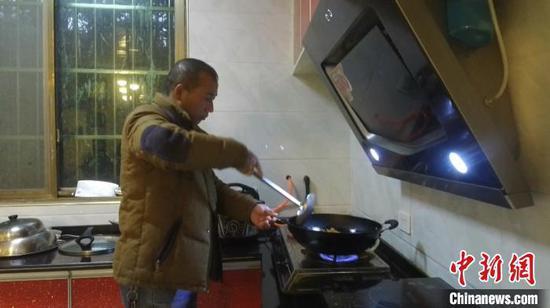 枹木垅村民用沼气炒菜。 付加娣 摄