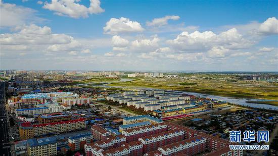 内蒙古呼伦贝尔市鄂温克族自治旗中心镇街景(无人机照片,2017年7月1日摄)。新华社记者 连振 摄
