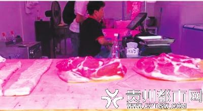 平价肉店的猪肉受到群众欢迎。