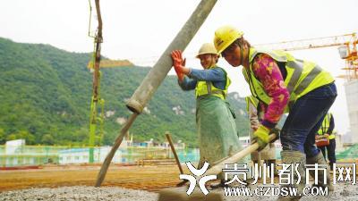 工地上,工人们在忙碌着。