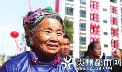丹寨县扶贫生态移民新村,移民搬迁户领取到新房钥匙后开心得合不拢嘴。 黄晓海 摄