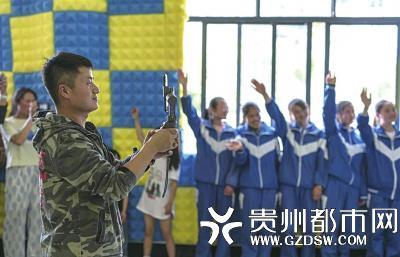 海嘎小学教师顾亚通过直播平台向网友直播孩子们的快乐暑假。