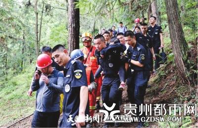 救援队员将被困人员救出