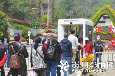 游客有序测温消毒入园。